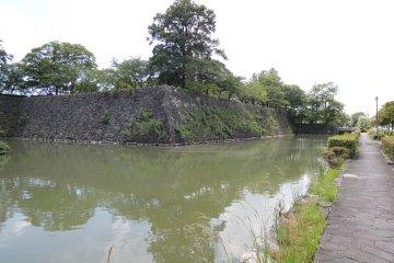 คูน้ำที่ล้อมรอบกำแพงปราสาท
