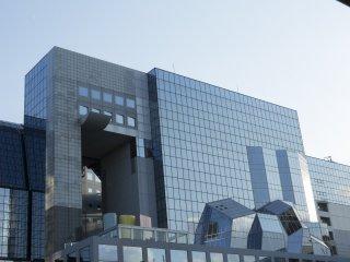 Mặt kính trước của tòa nhà làm biến dạng sự phản chiếu của thành phố theo cách mà tôi thấy gợi nhớ đến chủ nghĩa hình khối