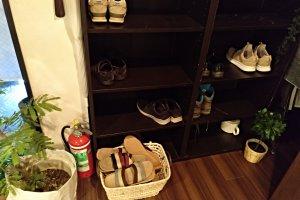 Na entrada, como qualquer casa japonesa, deverá tirar os sapatos e servir-se dos chinelos