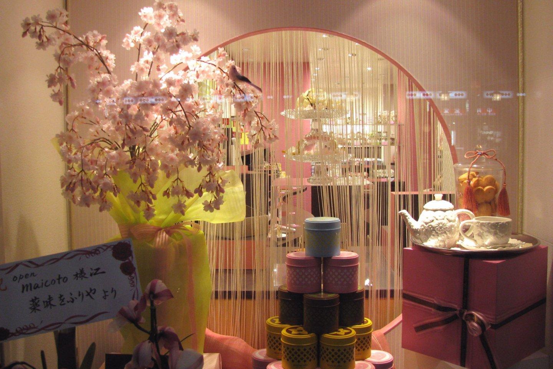 Весеннее украшение в магазине Киото