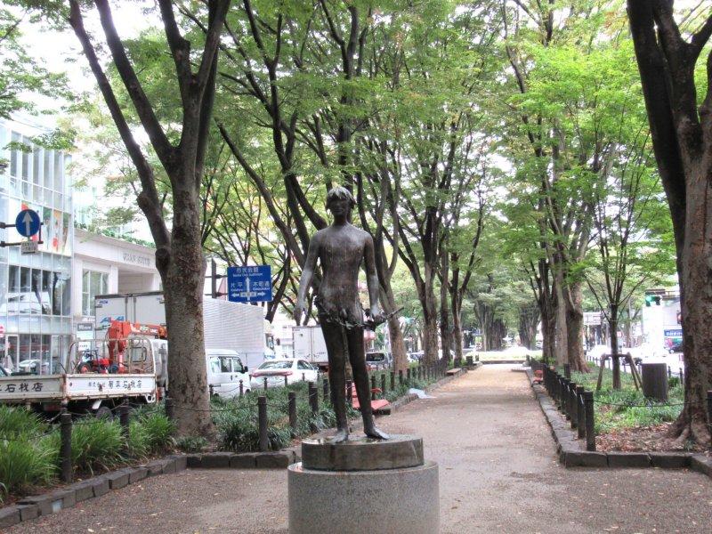 Скульптура на аллее Дзёдзэндзи-дори