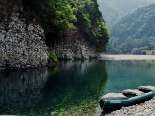 Kayaking in the Kumano area is a wonderful experience because of the beauty of the landscape.