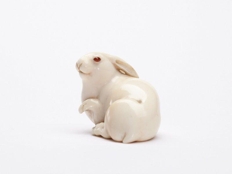 A beautifully carved hare netsuke