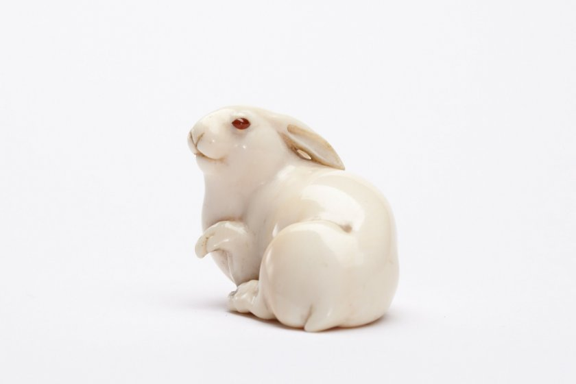 A beautifully carved hare netsuke