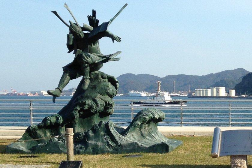 A statue of Yoshitsune