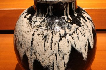Tustsumi-yaki is characterized by simple shape, rough and glazed surface