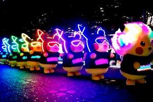 Maskot Pikachu yang mengambil alih jalanan