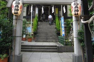Landscaped for effect, the entrance to Karasumori Shrine is located very close to Simbashi Station.