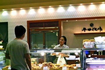 <p>Один из многих маленьких магазинчиков, предлагающих еду.</p>