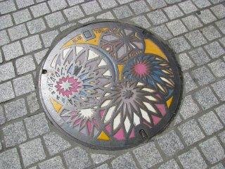 На люке города Мацумото - популярные мячики тэмари