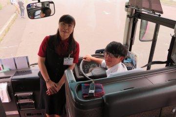 長島沙織小姐(導遊)和高山健太先生(司機)