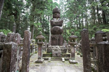 Stone statues at Okuno-in