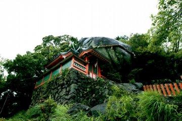 Kamikura-jinja Shrine and Gotobiki-iwa Rock