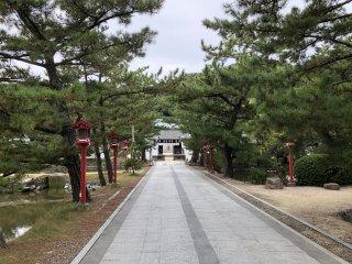 En arrivant au sanctuaire Kibitsuhiko