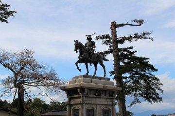 Памятник Датэ Масамунэ на горе Аоба