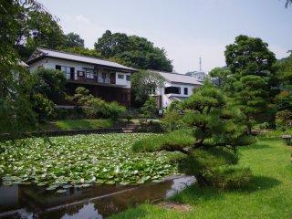 展覽館外設計了日式庭園
