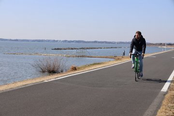 騎著從courtesy of Le Cyc(Play Atre 1樓)租來的腳踏車,沿著霞浦湖暢行