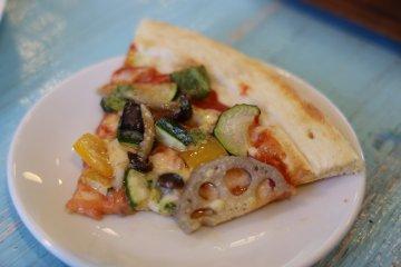 蓮藕配料的披薩