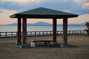 被日式涼亭框住的筑波山