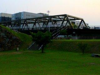 Ngay bên phải công viên là cây cầu Maizuro, và đối diện câu cầy là ga tàu