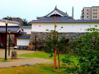 Một khu vườn kiểu Nhật nằm ngay bên phải cổng.