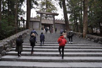 Ise Shrine: gate to Naiku Shrine