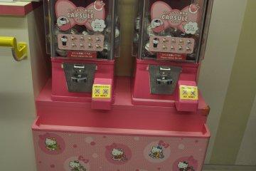 Hello Kitty Shinkansen: capsule toy machine