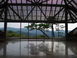 The view at the front door imitates the nougaku stage with pine trees at the background. Drama or music performances are held here occasionally.