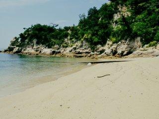 Ở phía xa xa, có một bãi biển nhỏ hơn nhưng không sạch bằng những bãi biển lớn hơn.