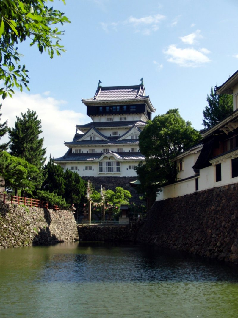 Замок Кокура в окружении рва с водой