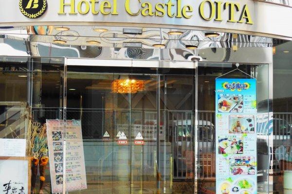 The bright entrance of Hotel Castle Oita