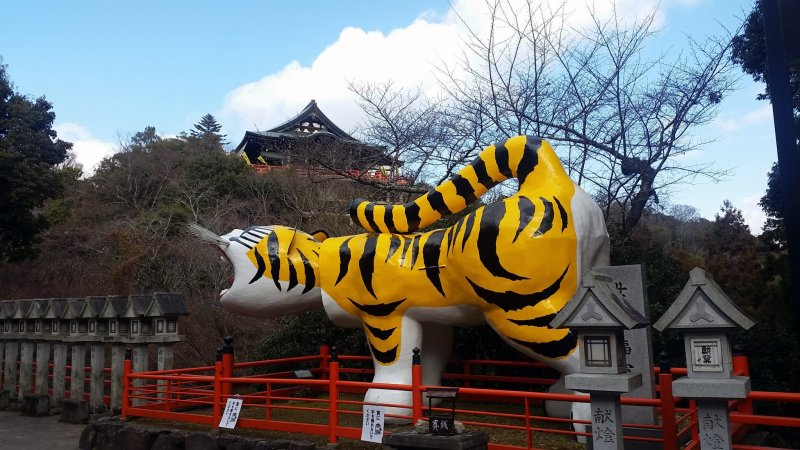 Main hall of Chogosonshi-ji and the largest papier mache tiger