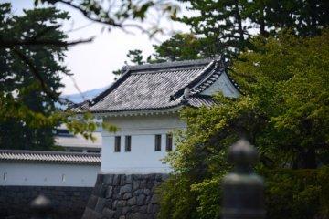 Вокруг главной башни много храмов и святилищ.