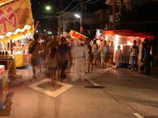 ถนนแคบๆ ที่คึกคักไปด้วยผู้คน