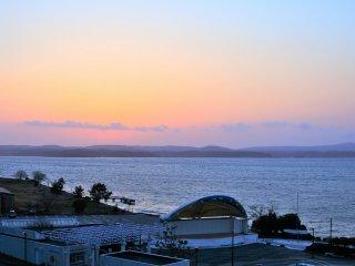 部屋から眺める夕日の景色