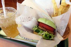 Grüner Burger, Fritten und Lemon Ginger Ale mit Setouchi Hassaku-Zitrus