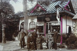 The shop has a long history. The owner showed me some old photos. One was taken before the Great Kanto Earthquake, maybe early 1900. It showed a family in front of an old shop. At that time the shop was a curio shop inside the Daibutsu premises.