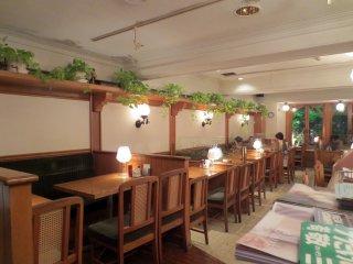 Mesas elegantes para acomodar famílias, grupos grandes e casais