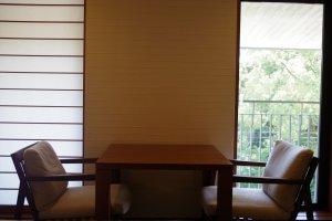 หน้าต่างกระดาษของญี่ปุ่นตัดกับเฟอร์นิเจอร์ตะวันตก