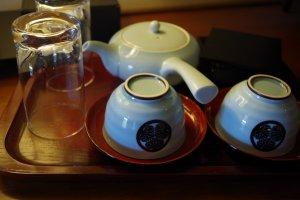 ชุดน้ำชาเซรามิกญี่ปุ่นของโรงแรมชิออนอิน วาจุนไคคุนในฮิกะชิยะมะเมืองเกียวโต