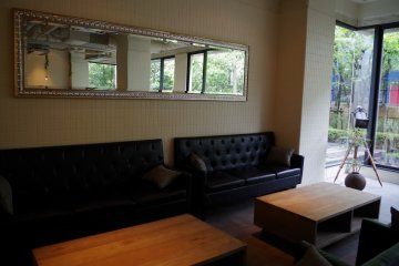 <p>Couches for you and your friends to chill out&nbsp;at Hotel Anteroom Kyoto</p>