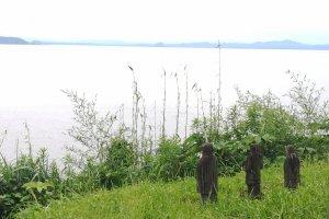 海を眺める3体の像