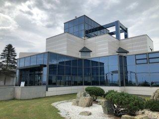 Le bâtiment du musée  des glaces flottantes d'Okhotsk