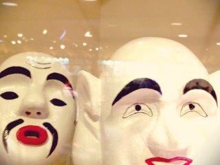 これはオホホというお面です。ひょうきんなお顔ですね。500年以上もの伝統があると言われている西表島の節祭(シチ)というお祭りで登場します。