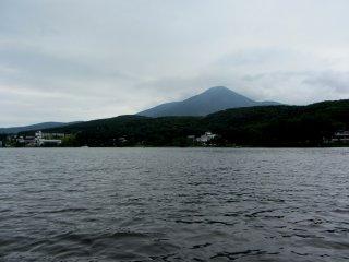 Khung cảnh bên kia hồ nước vào một buổi sáng trong lành