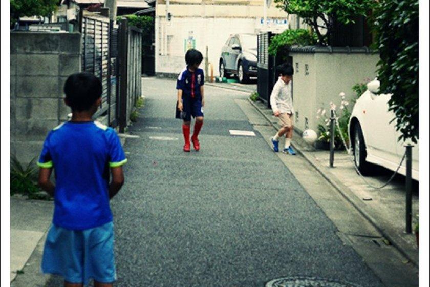 寧靜的街道只有孩童們玩樂的笑聲