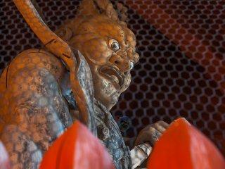 大門の守護神の一人、金剛力士像