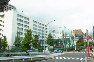 The Enpei Mon (West Gate) is sandwiched by the Minato Sougou High School on the left and by Minato Junior High School on the right