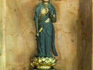 慈悲深い表情の観世音菩薩像