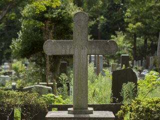 Trong số những người nước ngoài được chôn cất tại nơi này có một phần mộ nhóm được chia sẻ bởi các nhà truyền giáo Công giáo nữ.
